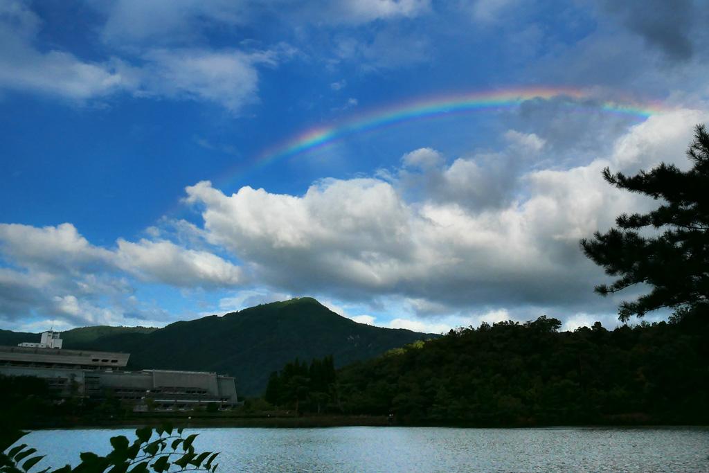 虹と宝ヶ池と比叡山の写真素材