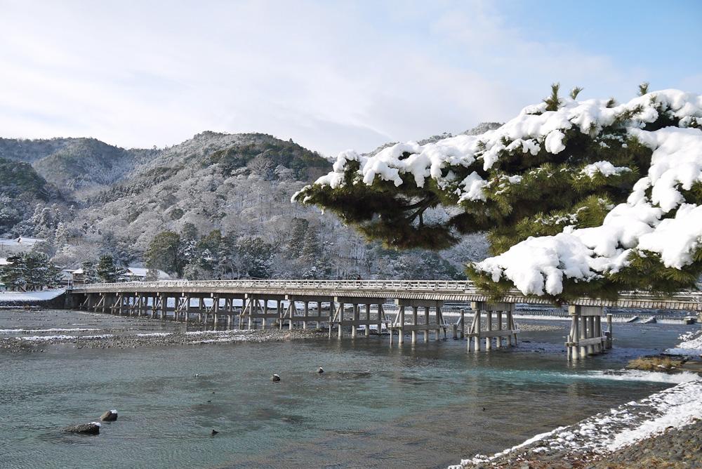 京都 嵐山 渡月橋の雪の写真素材