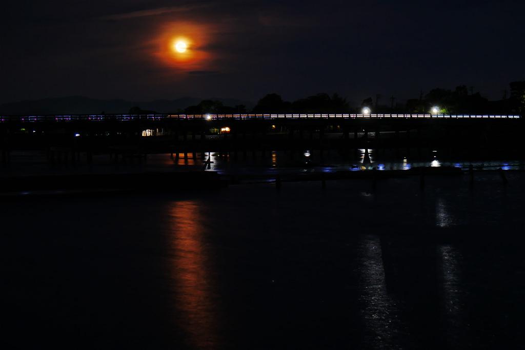 嵐山渡月橋の夜 満月の写真
