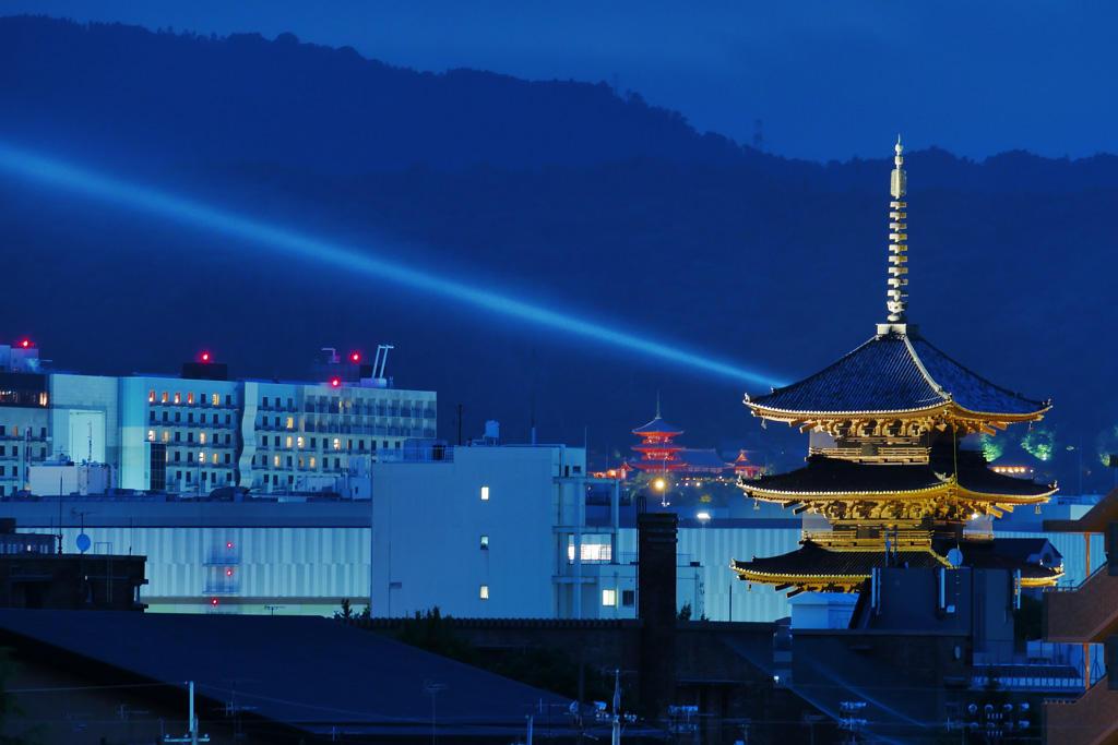 夜の東寺の五重塔の写真素材