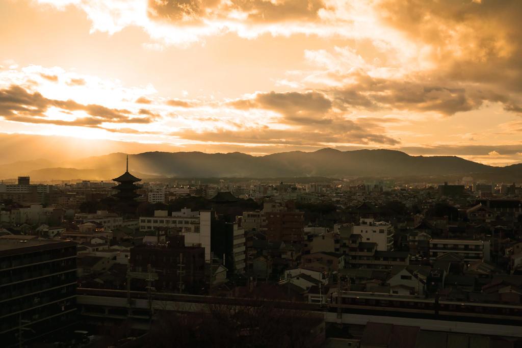 東寺の五重塔と近鉄の写真素材