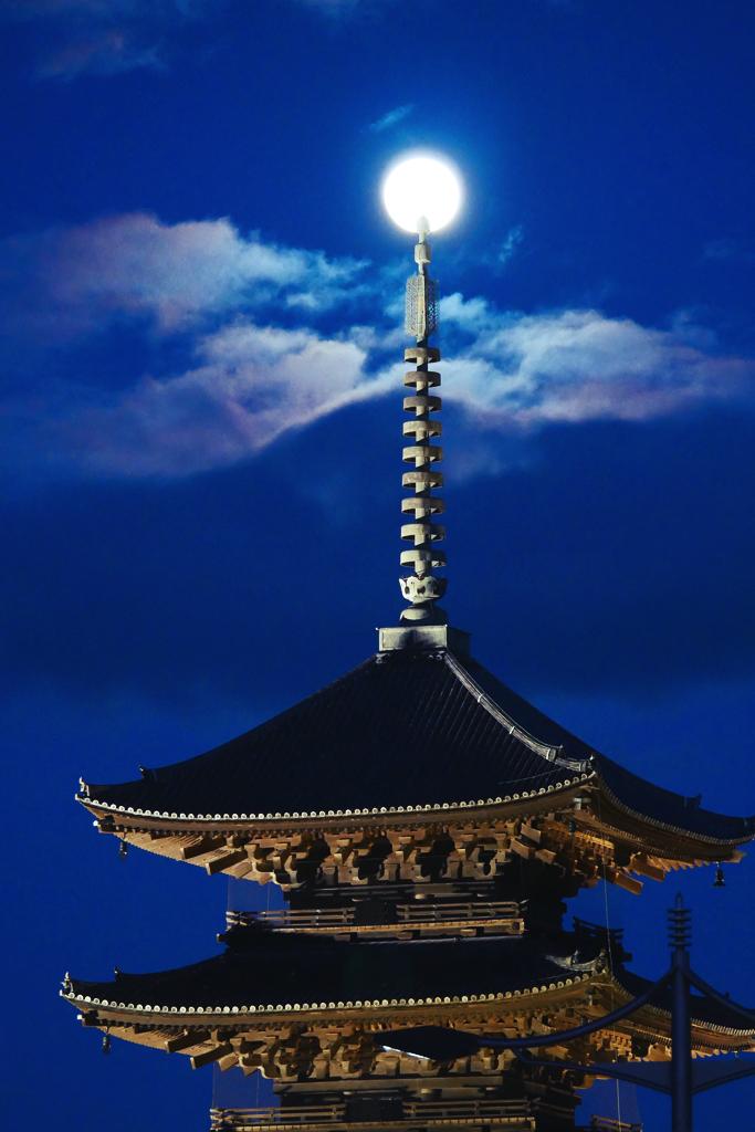 東寺の五重塔と満月の写真素材