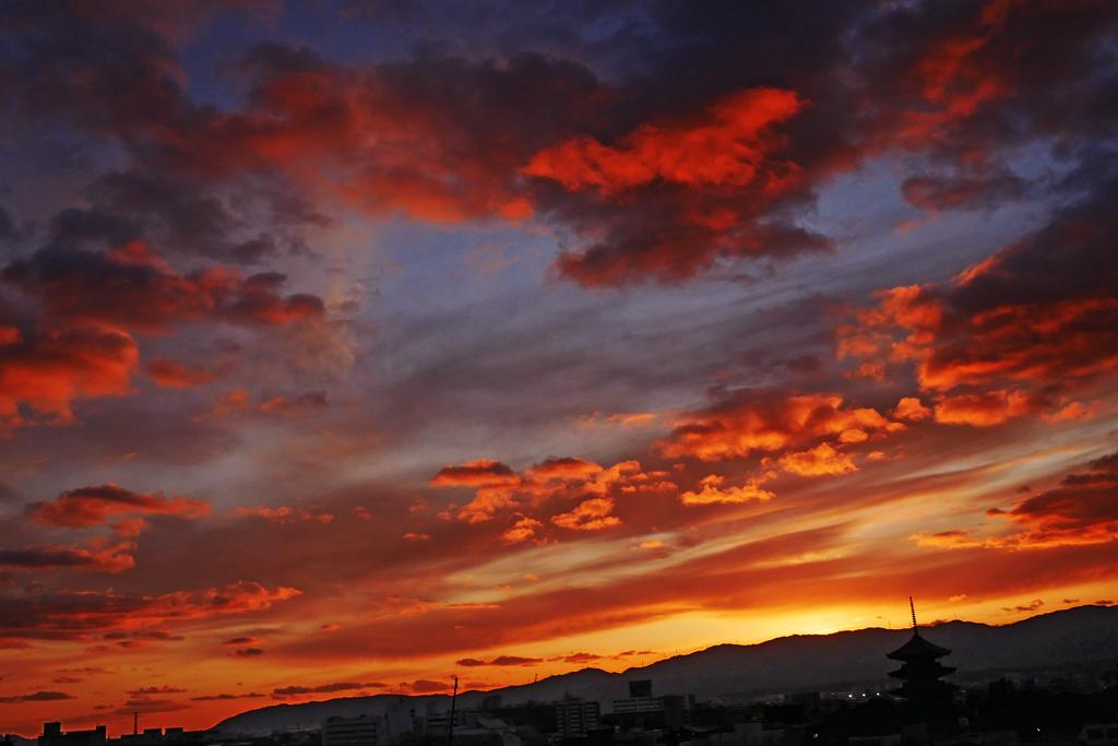 夕焼けの東寺の写真素材