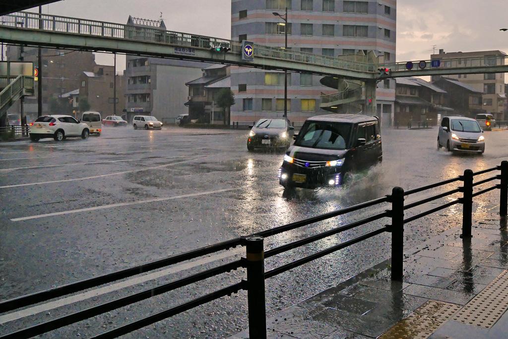 雨の東寺の交差点の写真素材