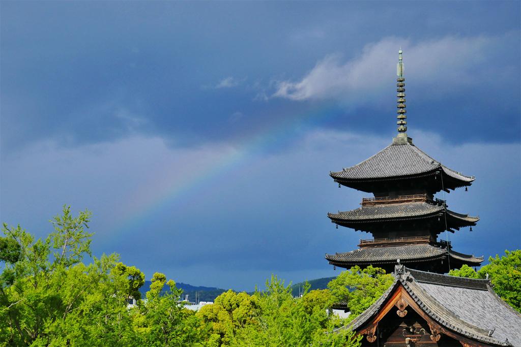 虹と東寺の五重塔の写真素材
