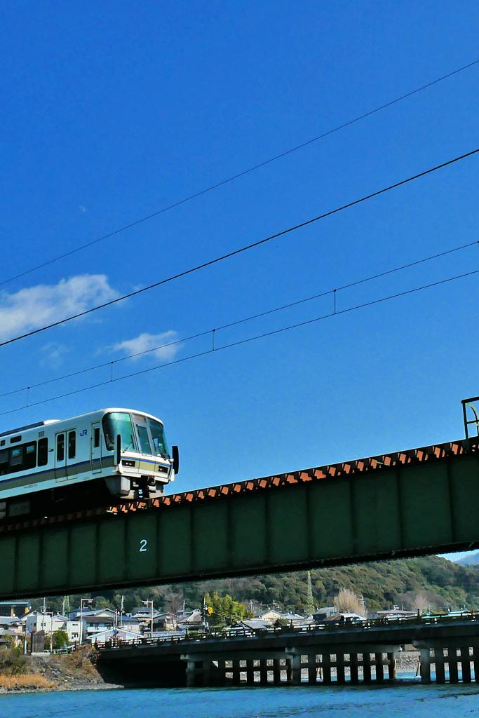 宇治川を渡る電車の写真素材