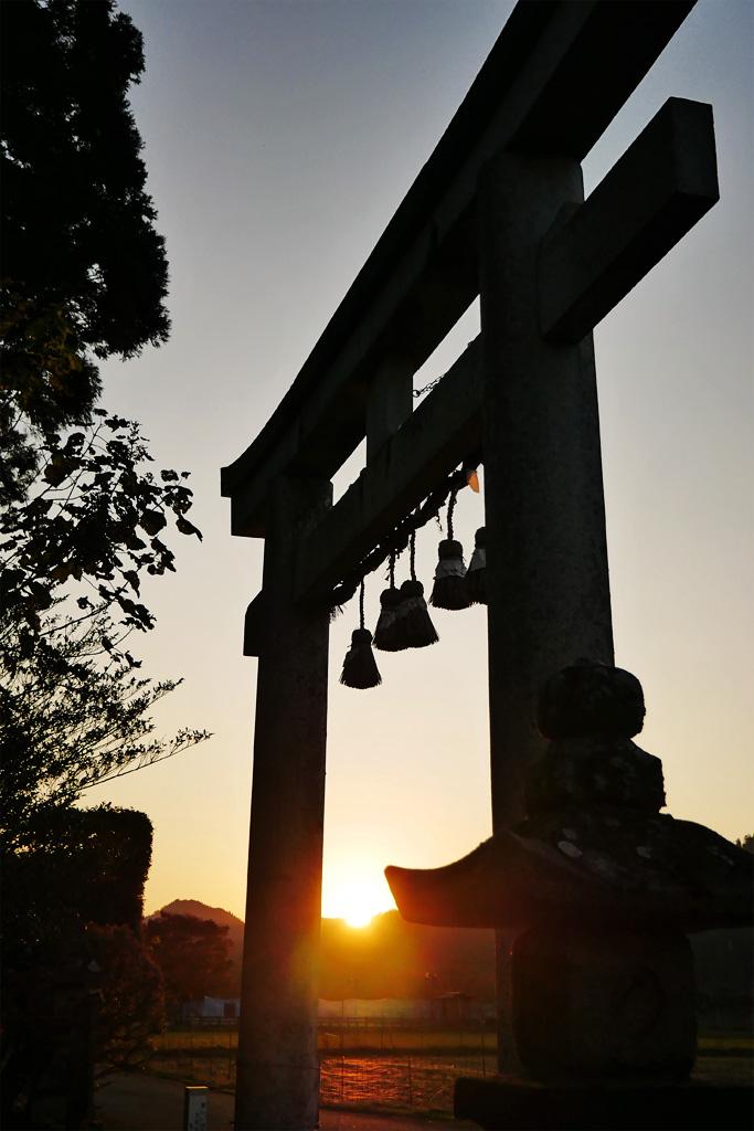京北の山国神社と夕日の写真素材