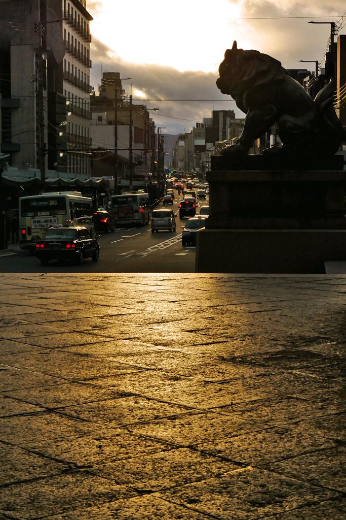 八坂神社 西楼門から見る四条通の写真素材