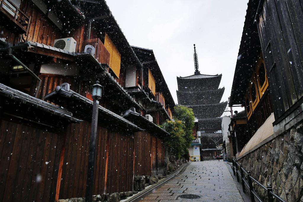 雪の八坂の塔の写真素材