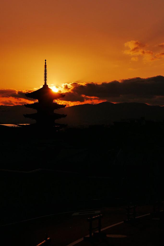 夕暮れの八坂の塔の写真素材