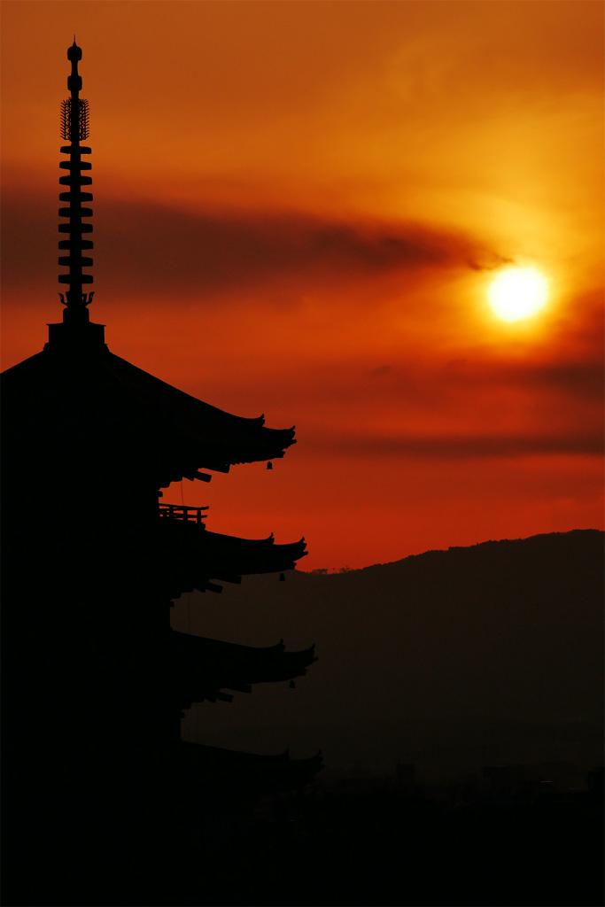 夕方の八坂の塔の写真素材