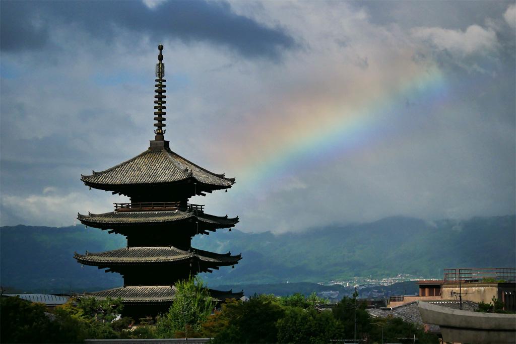 八坂の塔と朝の虹の写真素材